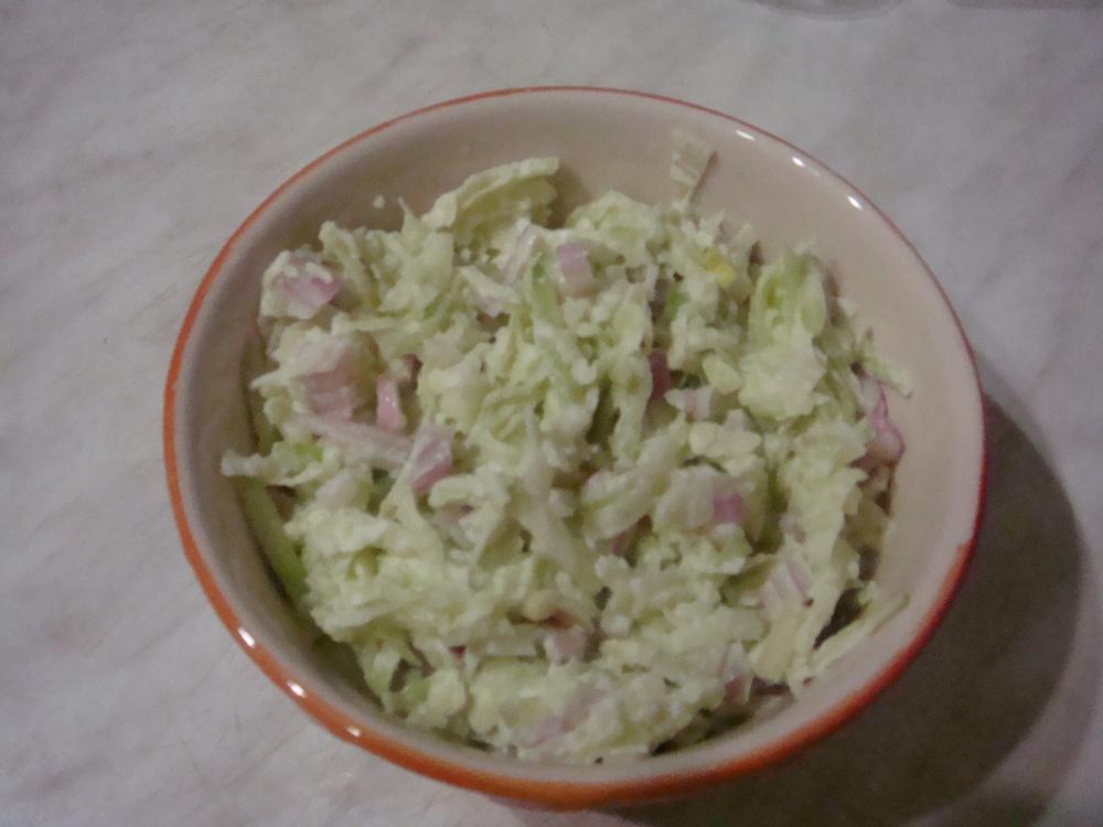 Салат с редькой и луком.