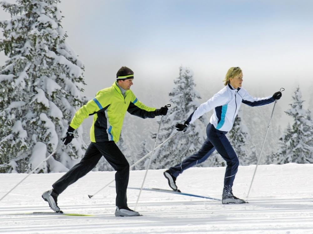 Девушка с парнем в парке на лыжах фото фото 679-154