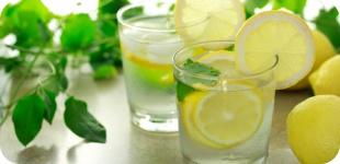 Любимый напиток - вода с лимонным соком: полезно, вкусно и бодрит!